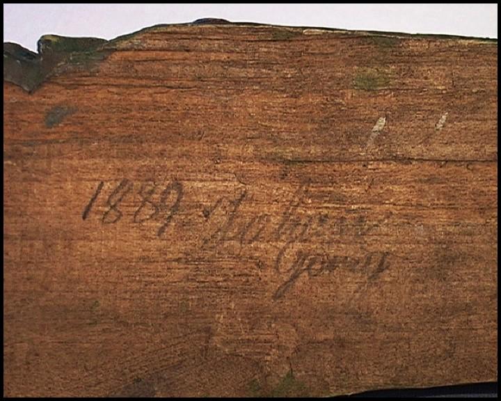 Letopočet 1889 na spodní straně ležícího pastýře